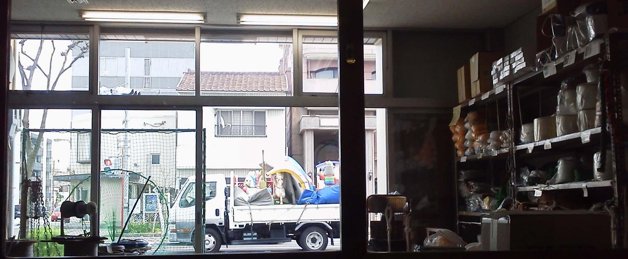 遊具を載せたトラックが行く