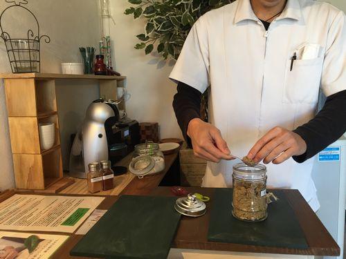 山梨県甲府市気軽に寄れるお灸温灸カフェオリジナルの温灸国家資格先生
