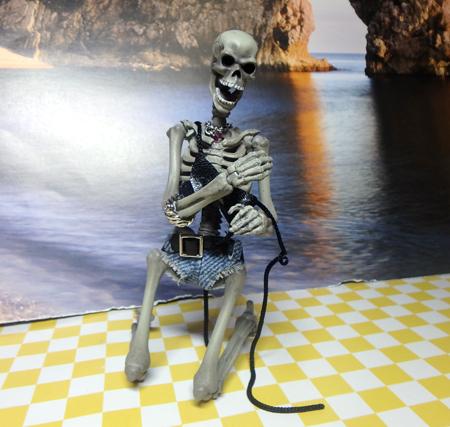 27_7_9 黒ビキニの女豹 骸骨さん、着られなかった