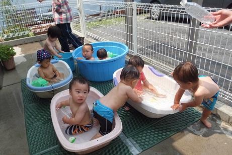 プール遊び0,1歳児