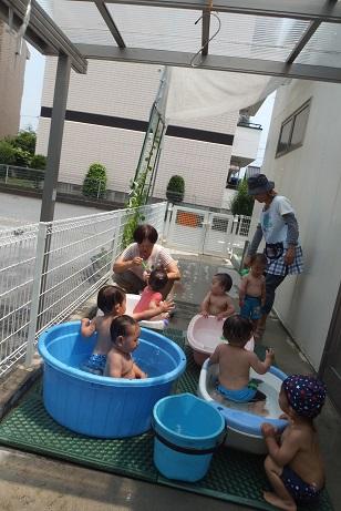プール遊び0,1歳児2