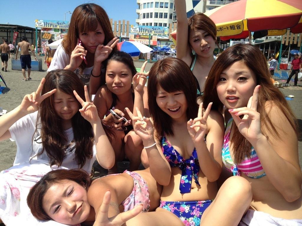 【画像】夏が待ちきれずフェイスブックに上がってる女友達の水着姿で抜く奴wwwwwwwwww