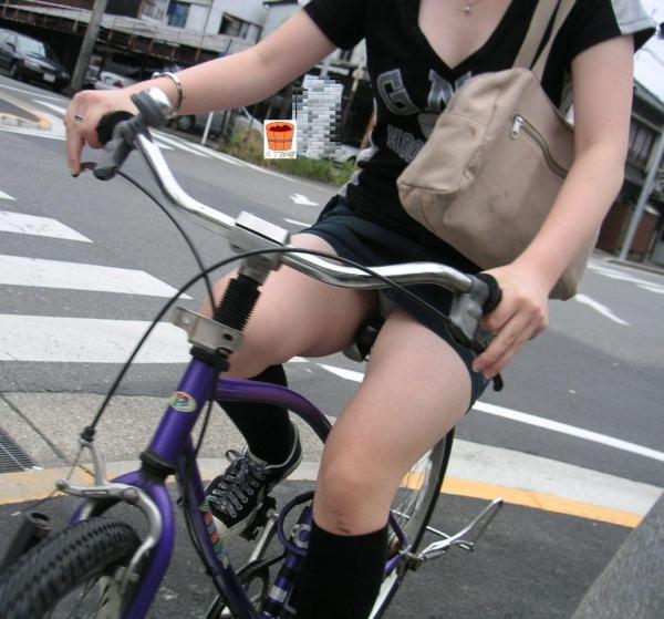 自転車パンチラ画像 5