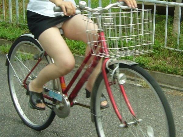自転車パンチラ画像 32