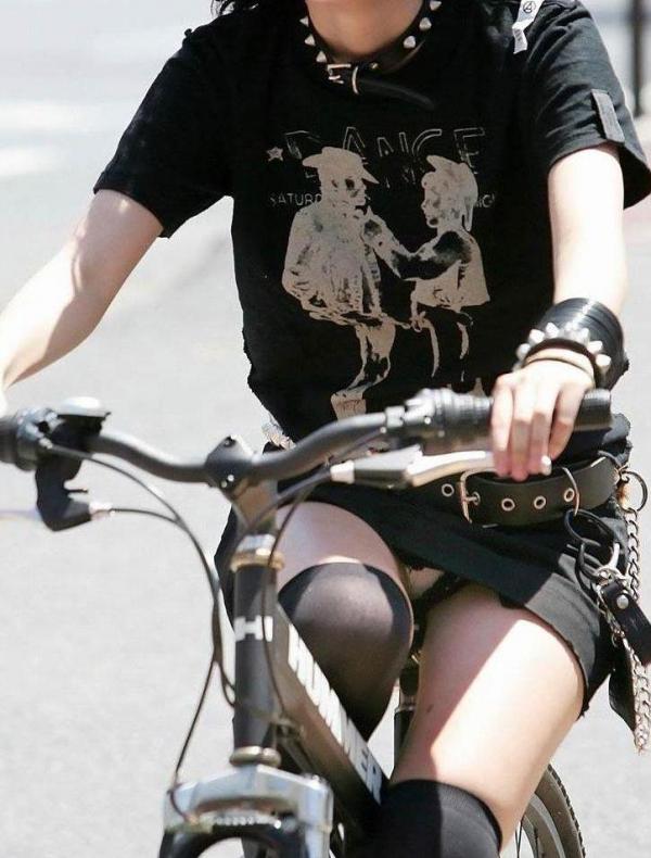 自転車パンチラ画像 48