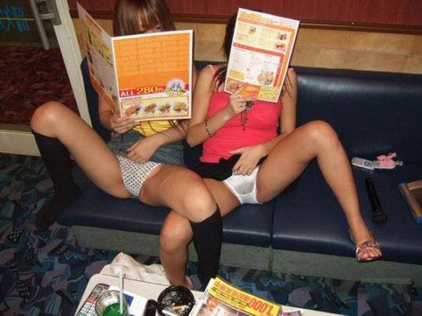 カラオケでテンション♂上がって全裸やパンツ見せて歌っているエロ画像wwwww