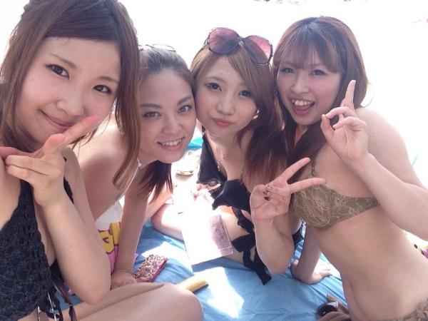 夏が待ちきれずフェイスブックに上がってる女友達の水着姿で抜く奴wwwww
