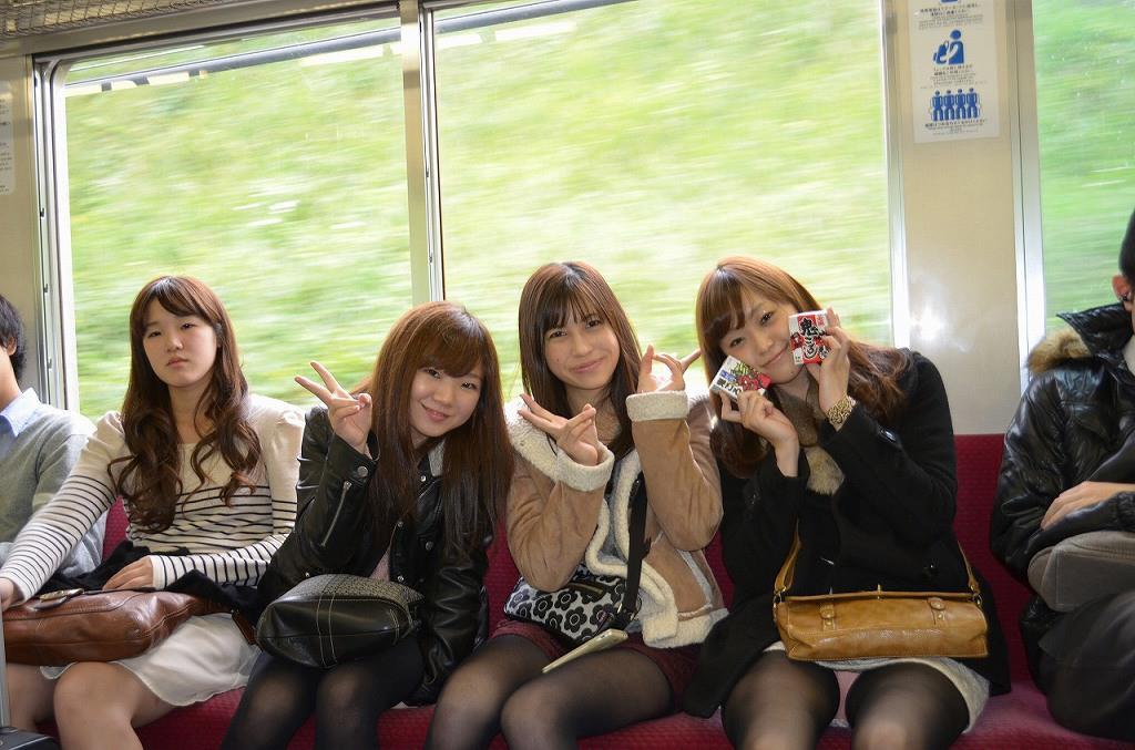 電車内で出会えたパンチラ娘たちwwwwwww