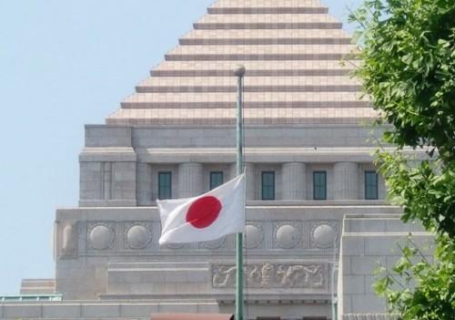 東日本大震災半旗国会議事堂-1