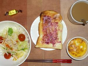 ブルーベリージャムトースト,サラダ,鶏ひき肉と玉葱のココット,チョコレート,コーヒー