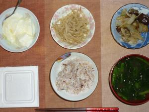 胚芽押麦入り五穀米,納豆,もやしのピリ辛炒め,茄子と玉葱の炒め物,ほうれん草のおみそ汁,ヨーグルト