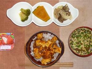 麻婆豆腐丼,ブロッコリーの煮物,カボチャの煮物,茄子と玉葱の炒め物,納豆汁,ヨーグルト