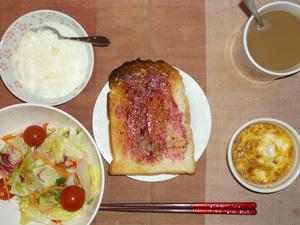 ブルーベリージャムトースト,サラダ,玉葱と鶏ひき肉のココット,ヨーグルト,コーヒー