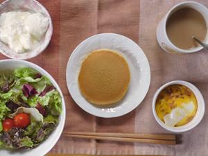 パンケーキ(あずき&マーガリン),鶏ひき肉と玉葱のココット,サラダ,ヨーグルト,コーヒー