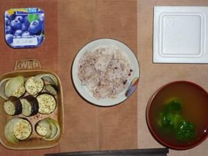 胚芽押麦入り五穀米,茄子と玉葱のオーブン焼き,ブロッコリーのおみそ汁,納豆,ヨーグルト