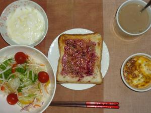 ブルーベリージャムトースト,サラダ,玉葱と鶏ひき肉のココット,オリゴ糖入りヨーグルト,コーヒー