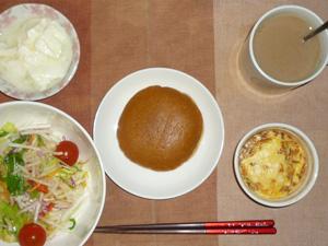 パンケーキ(塩キャラメル),サラダ(キャベツ、レタス,水菜、大根、トマト)鶏ひき肉と玉葱のココット,オリゴ糖入りヨーグルト,コーヒー