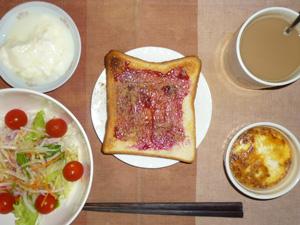 ブルーベリージャムトースト,サラダ,鶏ひき肉と玉葱のココット,オリゴ糖入りヨーグルト,コーヒー
