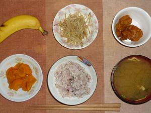 胚芽押麦入り五穀米,人参の煮物,もやしの炒め物,鶏の唐揚げレモン汁かけ,ワカメと長葱のおみそ汁,バナナ