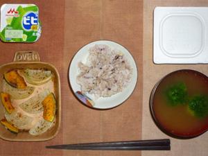 胚芽押麦入り五穀米,納豆,玉葱とカボチャのオーブン焼き,ブロッコリーのおみそ汁,ヨーグルト