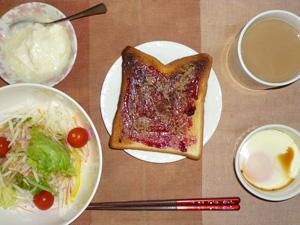 ブルーベリージャムトースト,サラダ(キャベツ、水菜、大根、トマト),目玉焼き,オリゴ糖入りヨーグルト,コーヒー