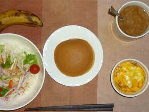 パンケーキ,サラダ(キャベツ、大根、水菜、トマト),鶏ひき肉と玉葱のココット,バナナ,コーヒー