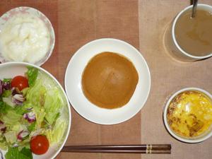 パンケーキ(塩キャラメル),サラダ(キャベツ、レタス、トマト),玉葱と鶏ひき肉のココット,オリゴ糖入りヨーグルト,コーヒー