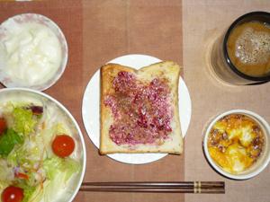 ブルーベリージャムトースト,サラダ(キャベツ、レタス、トマト),鶏ひき肉と玉葱のココット,オリゴ糖入りヨーグルト,コーヒー