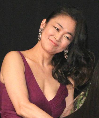 パープルのドレス姿の中島知子