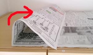 新聞紙を捨てるb