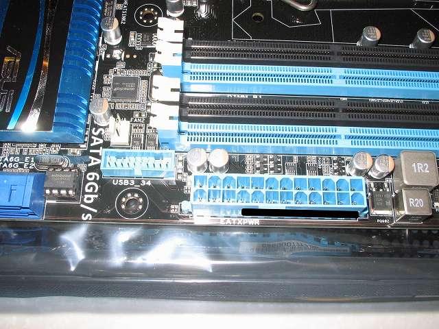 ASUS P8Z68-V PRO/GEN3 ATX 電源コネクター(24 ピン EATXPWR)、USB 3.0 コネクター 20-1 ピン USB 3_34、CHA_FAN 2 周辺