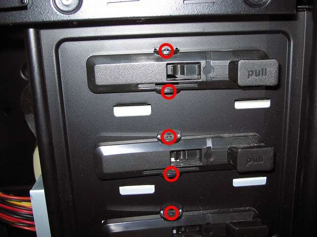 Antec Three Hundred Two AB 振動対策 プラスチック 5.25 インチベイ ツールレスロック機構 上段側取り外し作業 固定箇所チェック