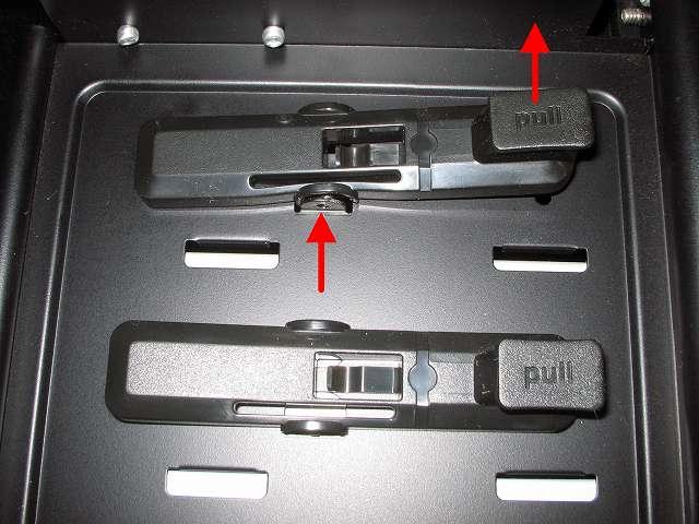 Antec Three Hundred Two AB 振動対策 プラスチック 5.25 インチベイ ツールレスロック機構 上段側取り外し作業 ドライバー等などの先の細いもので下側から丸い突起物を押し込みながら 「pull」 部分を上に持ち上げる(上側から取り外さないのは PC ケース天板が近く作業スペースがないため)