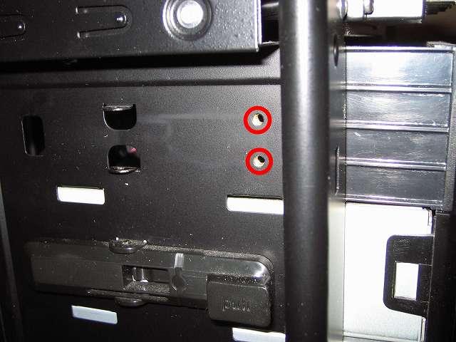 Antec Three Hundred Two AB 振動対策 プラスチック 5.25 インチベイ ツールレスロック機構がない状態での 5.25 インチドライブのネジ穴位置合わせ