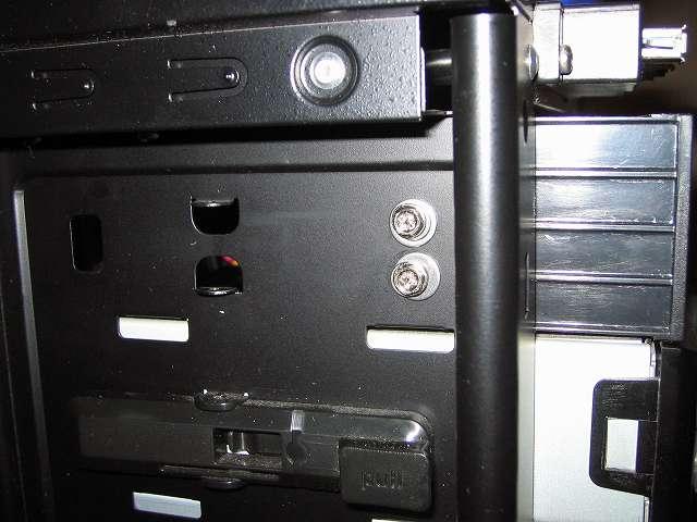 Antec Three Hundred Two AB 振動対策 プラスチック 5.25 インチベイ ツールレスロック機構の代わりに使用する手持ちのステンレス丸ワッシャーとスプリングワッシャーとミリネジを組み合わせて 5.25 インチドライブの固定完了