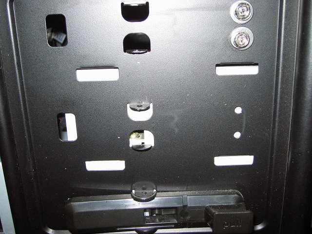 Antec Three Hundred Two AB 振動対策 取り外したプラスチック 5.25 インチベイ ツールレスロック機構 中段側 取り外し後の状態