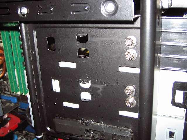 Antec Three Hundred Two AB 振動対策 プラスチック 5.25 インチベイ ツールレスロック機構の代わりに使用する手持ちのステンレス丸ワッシャーとスプリングワッシャーとミリネジを組み合わせて中段側 5.25 インチドライブの固定完了