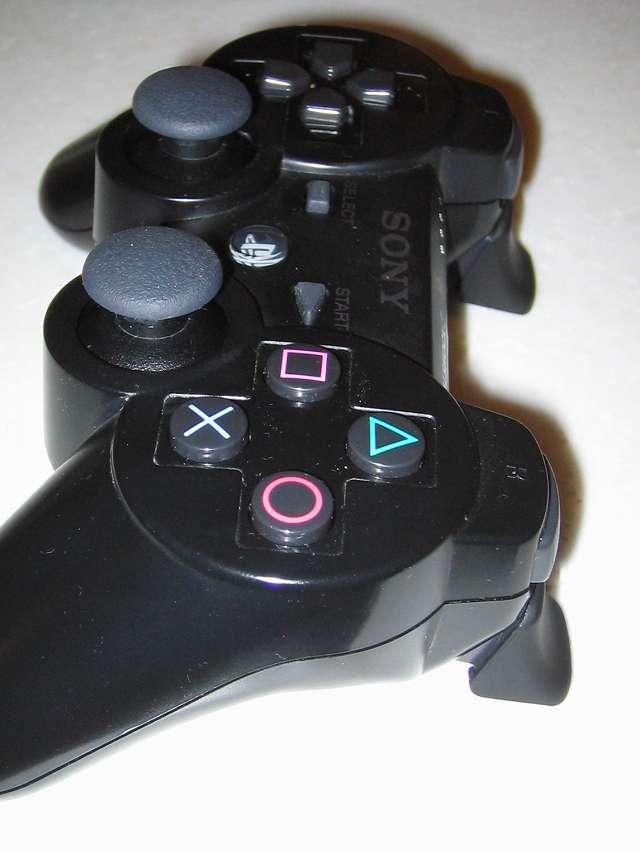 DS3 Dualshock3 デュアルショック3 Wireless Controller Black CECHZC2J A1 アタッチメント用 アンサー PS3用 プレイアップボタンセット ブラック 表面ラバー加工 L2・R2 ボタンアタッチメント取り付け コントローラー本体側面から撮影