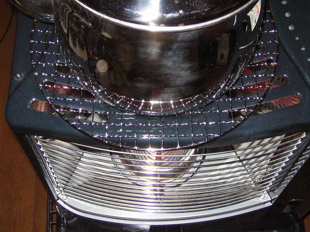 BUNDOK バンドック バーベキュー焼きアミ 丸型 BD-310 の上に水を入れたエルマース ステンレス製 広口 ケットル 3.2L H-2042 を置いて過熱をしている状態 正面角度から