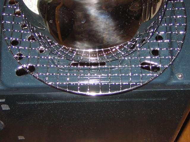 BUNDOK バンドック バーベキュー焼きアミ 丸型 BD-310 の上に水を入れたエルマース ステンレス製 広口 ケットル 3.2L H-2042 を置いて過熱をしている状態 背面角度から