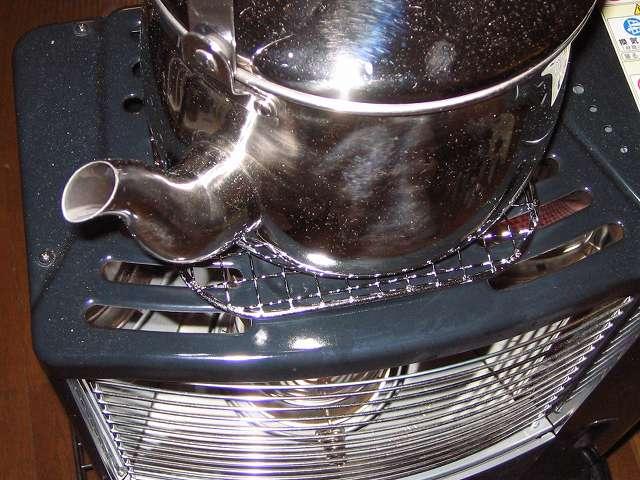石油ストーブの上に置いたステンレスケトル沸騰時の振動音防止用に キャプテンスタッグ 角型焼きアミ を購入しました