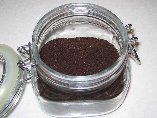 パール金属 イタリアーナ 角型 保存ビン 500ml L-1009 に乾燥したコーヒーかすをいれたところ