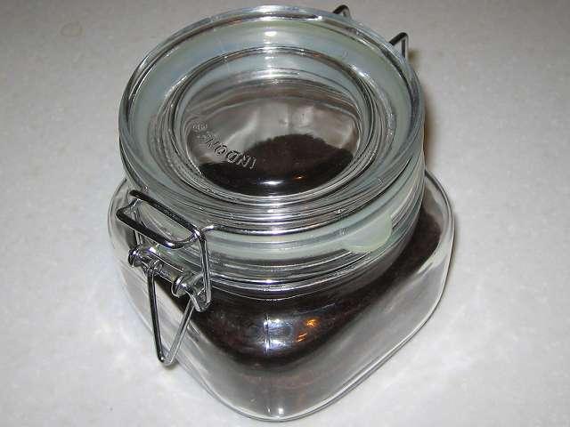 乾燥したコーヒーかすをいれた パール金属 イタリアーナ 角型 保存ビン 500ml L-1009 のふたを閉めたところ