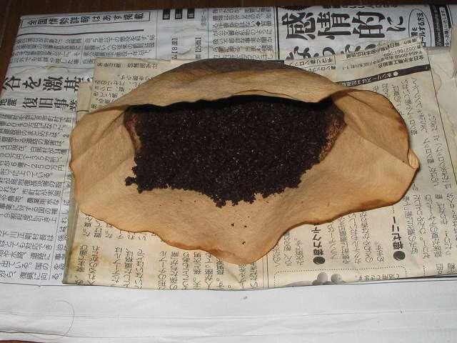TIGER コーヒーメーカー 真空ステンレスサーバータイプ 8 杯用 ACW-S080-KQ にセットした Melitta エコフィルターペーパー ブラウン Eco PA 1×4G に Kalita 銅メジャーカップを使って擦り切れ 3 杯 約 30g 藤田珈琲 オリジナルブレンドコーヒー 深煎り (粉) を入れ、ドリップ後ペーパーフィルターを取り出し新聞紙の上に置き、数時間放置して乾燥させたところ