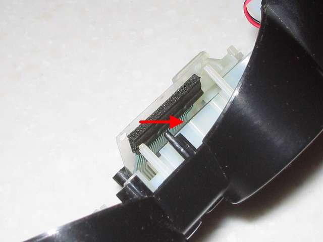 DS3 Dualshock3 デュアルショック3 Wireless Controller Black CECHZC2J A1 誤作動対策(Random Button Error Fix)、取り外したフレキシブル基板の接点シートの下の長方形のプラスチック枠の詰め込み用にカットした厚さ 1mm の 杉田エース 天然ゴムシート板 NR-5 を 5mm x 22mm をセットする