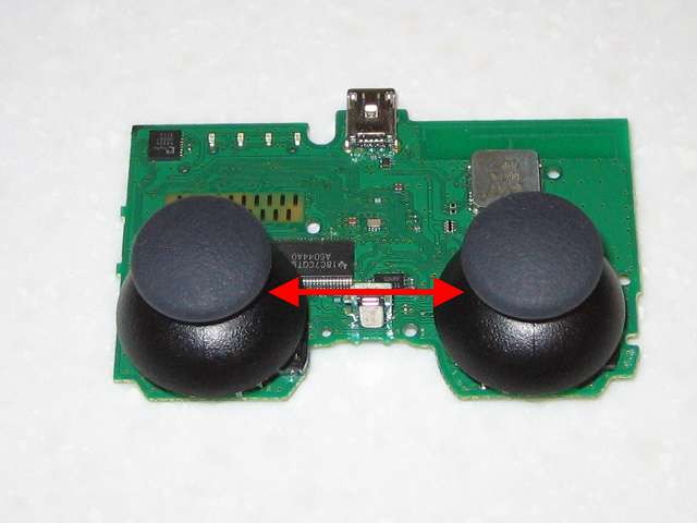 DS3 Dualshock3 デュアルショック3 Wireless Controller Black CECHZC2J A1 組み立て作業、電子回路基板にアナログスティックを取り付け、もともと左側に取り付けてあったアナログスティックは軸の外側に本体との接触による溝ができているため左右のアナログスティックを入れ替え