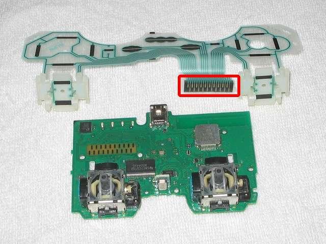 DS3 Dualshock3 デュアルショック3 Wireless Controller Black CECHZC2J A1 クリーニング作業、電子回路基板の接点と接触するフレキシブル基板の接点(赤枠)も綿棒と無水エタノールを使ってきれいにする、またフレキシブル基板の各種接点(黒い部分)も同様にきれいにする
