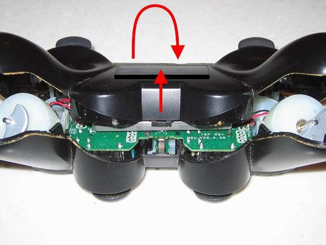 DS3 Dualshock3 デュアルショック3 Wireless Controller Black CECHZC2J A1 分解作業、ひっくり返してコントローラー本体下部プラスチックカバーを、画像の位置くらいまで上に持ち上げる