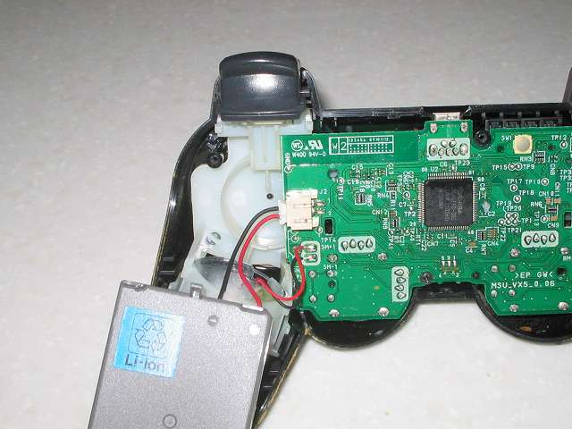 DS3 Dualshock3 デュアルショック3 Wireless Controller Black CECHZC2J A1 分解作業、リチウムイオンバッテリー取り外し作業 電子回路基板からバッテリーを取り外したところ