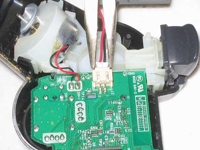DS3 Dualshock3 デュアルショック3 Wireless Controller Black CECHZC2J A1 分解作業、リチウムイオンバッテリー取り外し作業 電子回路基板と接続しているバッテリーのリード線コネクタを先曲りラジオペンチ(溝付)を使って左右交互に引っ張りながら引き抜く